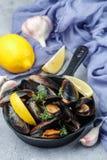 在壳的淡菜用柠檬、大蒜和麝香草 可口M 图库摄影