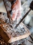 在处理一个金属部分的电钻床 免版税库存图片