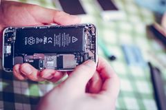 在处理变动iphone 5屏幕的流动修理 免版税库存照片