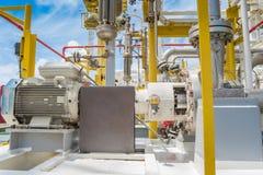 在处理平台的油和煤气的离心泵用于调动液体凝析油在油和煤气中央处理平台 库存图片