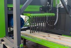 在处理的木日志在木材加工机器中 免版税库存图片