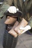 在备用轮胎找到的药物捆绑 图库摄影
