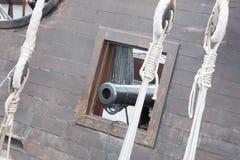 在复制品的海盗船与大炮 库存照片