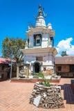 在复杂Pashupatinath寺庙, Ne的古老白色寺庙 库存照片