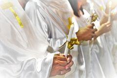在复活节守夜的蜡烛光 免版税库存照片