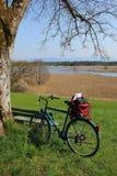 在复活节湖附近的自行车游览春天 免版税库存图片