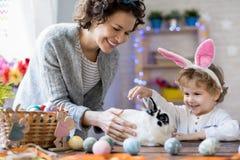 在复活节的愉快的家庭 免版税库存照片