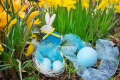 在复活节篮子的复活节彩蛋,黄水仙 库存照片