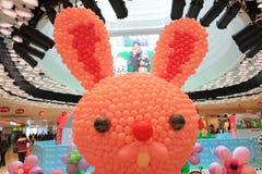 在复活节购物邮件的一个气球兔宝宝  库存图片