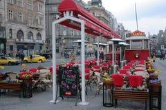 在复活节假日装饰的咖啡馆电车在布拉格 免版税库存图片