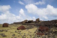 在复活节岛的倒塌的Moais Akahanga 免版税库存照片