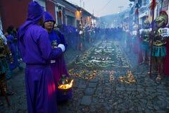 在复活节庆祝期间,供以人员佩带的古老罗马军用衣裳和紫色长袍在队伍,在圣周,在A 图库摄影