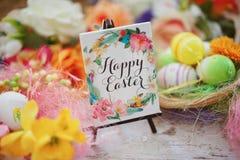 在复活节彩蛋快乐的五颜六色的春天背景中的空白的问候 图库摄影