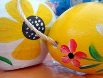 在复活节彩蛋绘的五颜六色的花 图库摄影