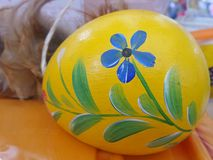 在复活节彩蛋绘的五颜六色的花 库存照片