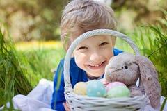在复活节时间的孩子 免版税库存图片