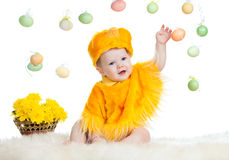 在复活节鸡服装穿戴的婴孩孩子 免版税库存照片