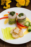 在夏南瓜包裹的鱼卷用烤土豆洒与芝麻籽和切片甜椒和黄瓜 库存图片