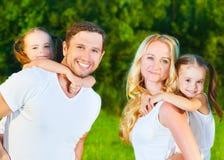 在夏天、母亲、父亲和孩子tw的本质的愉快的家庭 免版税图库摄影