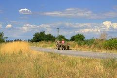 在夏天乡下公路的无盖货车 免版税库存图片