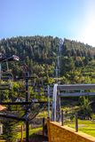 在夏天公园市期间,升降椅长远看法  免版税图库摄影