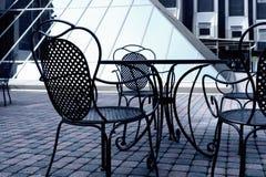 在夏天咖啡馆的铁椅子 免版税库存图片