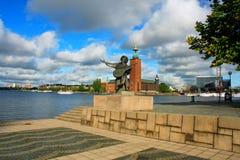 在夏天外推Taubes纪念碑和斯德哥尔摩市政厅 免版税库存图片