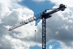 在夏天天空背景的大工业建筑用起重机 免版税库存照片