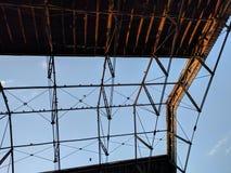 在夏天太阳的仓库屋顶 库存照片