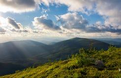 在夏天山的美好的cloudscape 库存照片