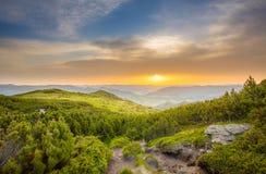 在夏天山风景的庄严日出 库存照片