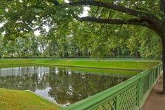 在夏天庭院里筑成池塘在圣彼德堡停放 免版税图库摄影