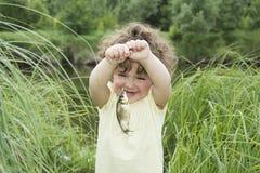 在夏天感到敬畏被捉住的鲤鱼的小卷曲女孩 库存图片