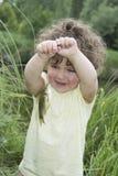 在夏天感到敬畏被捉住的鲤鱼的小卷曲女孩 免版税图库摄影