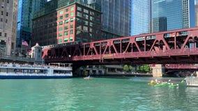 在夏天旅游季节期间,Tourboats和皮船互相通过在被充塞的芝加哥河 影视素材