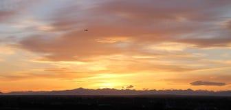 在夏天日落捉住的飞机 免版税库存照片