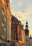 在夏天日落期间,五颜六色的经济公寓住宅和老Masaryk的城镇厅在俄斯拉发摆正 cesky捷克krumlov中世纪老共和国城镇视图 免版税库存图片
