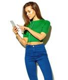 在夏天时髦的衣裳的时髦的美好的模型在演播室 库存照片