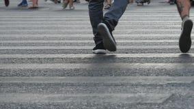 在夏天期间,人们在街道走 影视素材