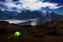在夏天期间,勃朗峰山脉的夜视图 这是美丽的冰川、高山和容易的艰苦跋涉 免版税库存照片