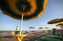 在夏天期间,在海滩的伞从下面拍摄了 库存照片