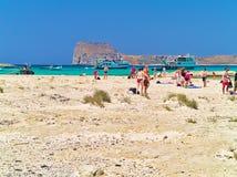 在夏天期间,游人到达一个沙滩 免版税库存照片