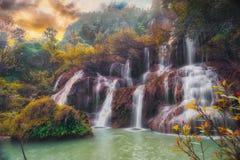 在夏天期间,瀑布在泰国 库存照片