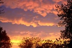 在夏天期间,罕见的Mammatus云彩在一场风暴以后反射精采桔子在中西部 免版税库存图片