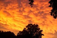 在夏天期间,罕见的Mammatus云彩在一场风暴以后反射精采桔子在中西部 库存照片