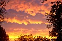 在夏天期间,罕见的Mammatus云彩在一场风暴以后反射精采桔子在中西部 免版税图库摄影