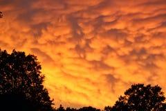 在夏天期间,罕见的Mammatus云彩在一场风暴以后发光精采桔子在中西部 免版税库存照片