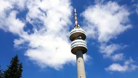 在夏天期间,Snezhanka在Snezhanka峰顶的电视塔在Pamporovo 股票视频