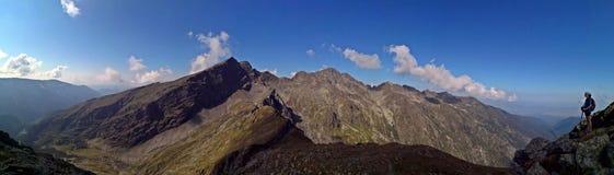 在夏天期间-与远足者,与山的全景 免版税库存照片