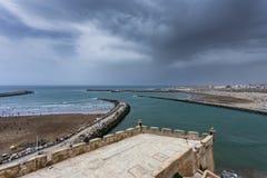 在夏天期间的拉巴特海滩,摩洛哥 免版税库存照片